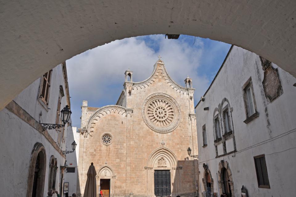 Piazza Cattedrale Ostuni, apuliarentals.com